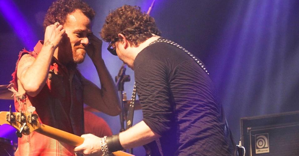 Nando Reis e Branco Mello em show do Titãs em São Paulo. (6/10/2012)