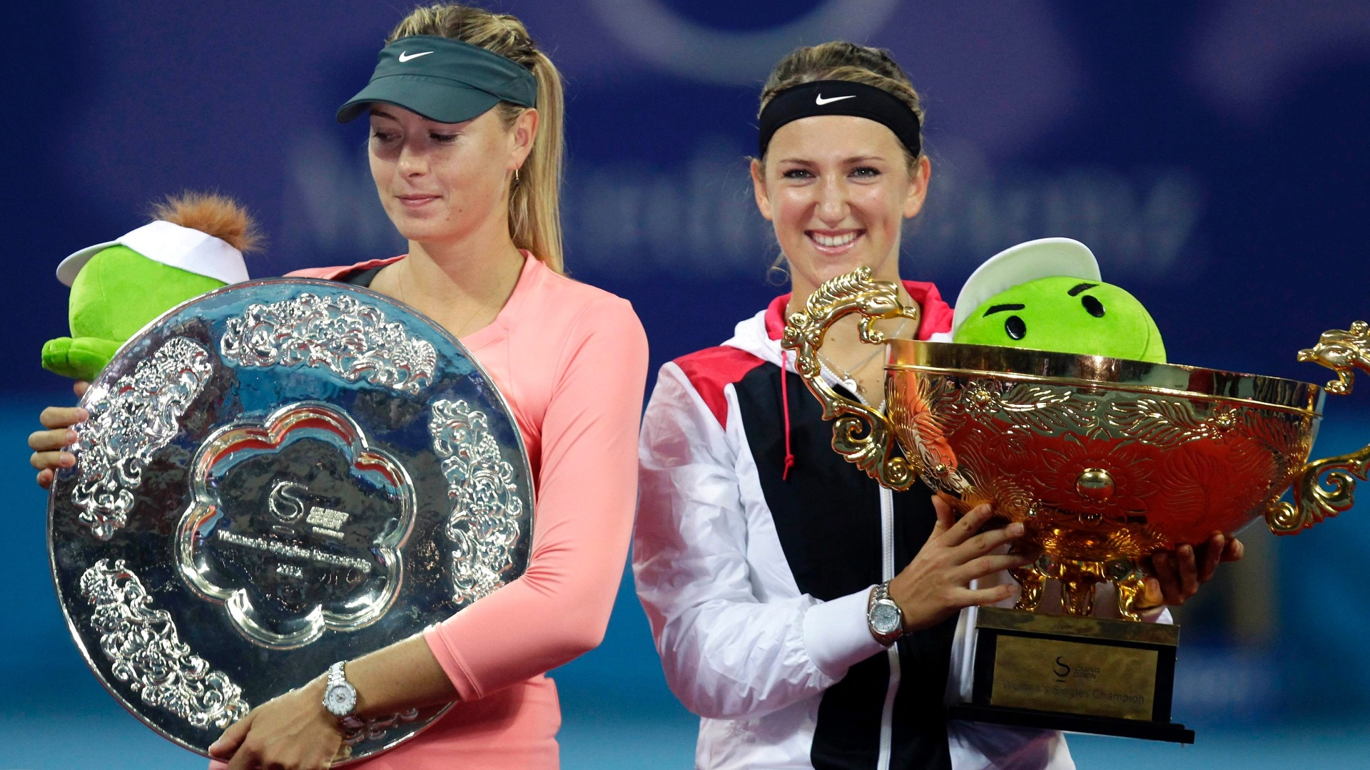 Nmero 1 do mundo, Victoria Azarenka (direita) bateu a russa Maria Sharapova, vice-lder, na final do WTA de Pequim