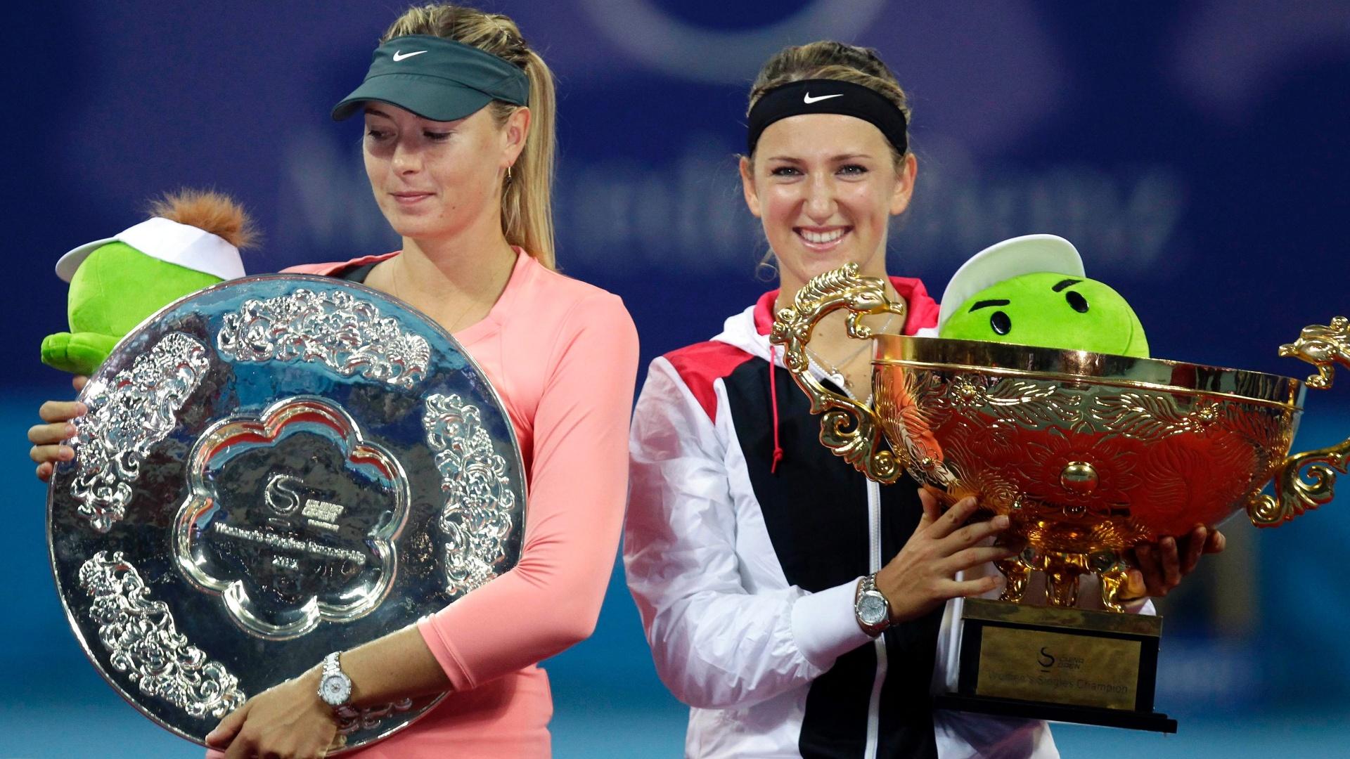 Número 1 do mundo, Victoria Azarenka (direita) bateu a russa Maria Sharapova, vice-líder, na final do WTA de Pequim