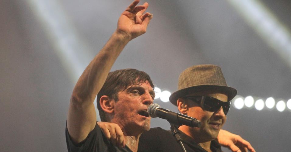 Paulo Miklos e Sergio Britto durante show de 30 anos do Titãs em São Paulo. (6/10/2012)
