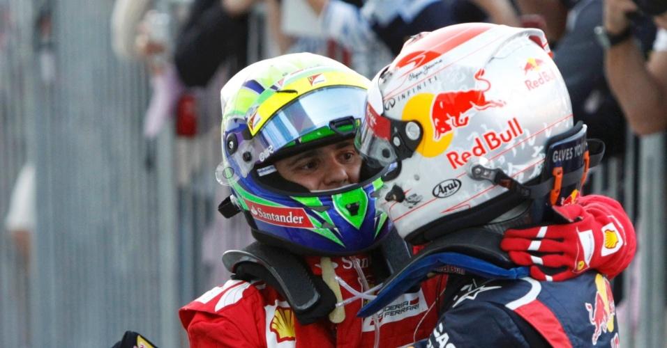 Sebastian Vettel, vencedor do GP do Japão, abraça Felipe Massa, segundo colocado da prova em Suzuka