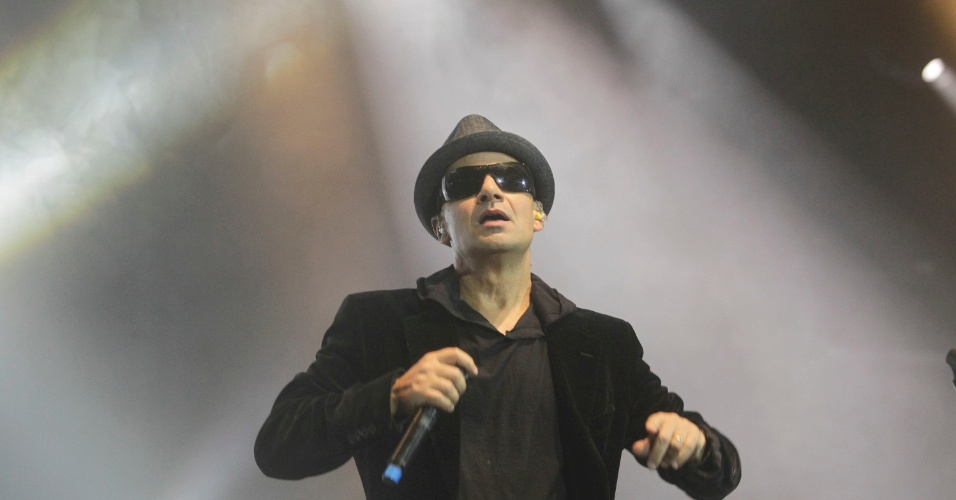 Sérgio Britto, que faz parte da formação atual, em show com o Titãs. (6/10/2012)