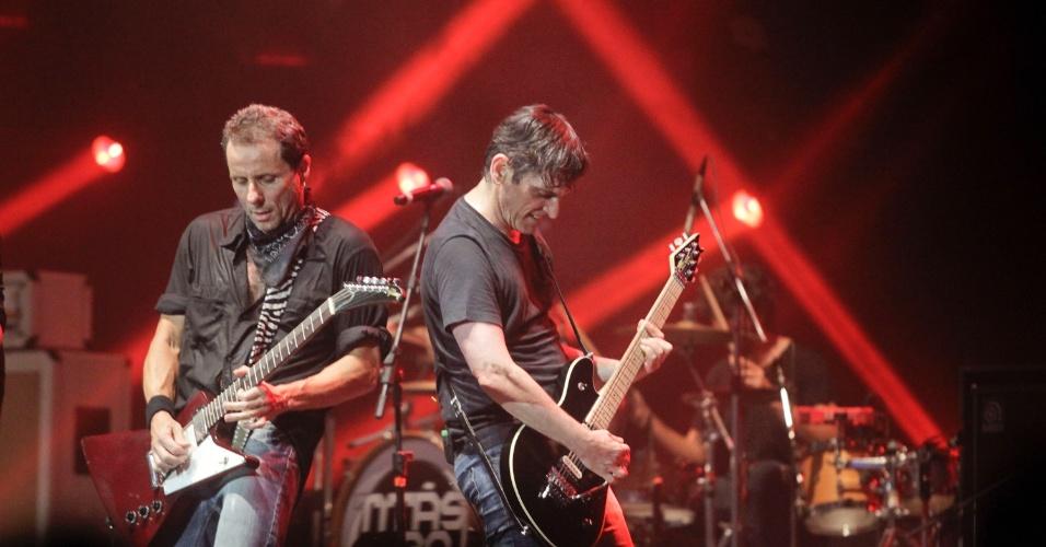 Tony Bellotto e Paulo Miklos em show do Titãs em São Paulo. (6/10/2012)