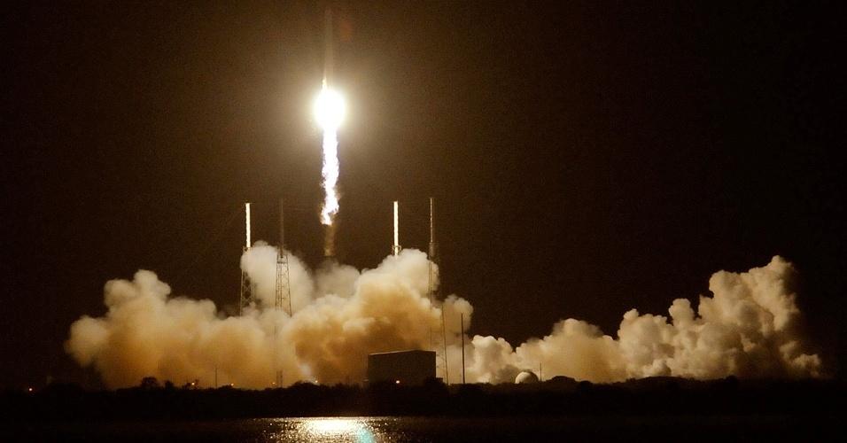 8.out.2012 - A empresa americana SpaceX lançou a cápsula Dragon a bordo de um foguete Falcon 9 em direção à Estação Espacial Internacional (ISS), na primeira de 12 missões de frete para a Nasa. A Dragon transporta 454 quilos de equipamento, incluindo materiais essenciais para a realização de 166 experiências científicas por parte dos seis integrantes da tripulação atual da ISS