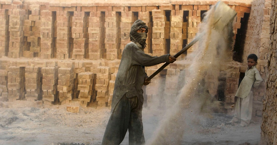 8.out.2012 - Homem trabalha em obra nos subúrbios de Cabul, no Afeganistão