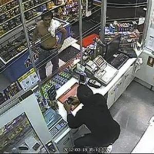 Imagem de circuito interno de TV mostra Roberto Laudisio Curti (à esquerda) em loja de Sydney (Austrália) antes de sua morte