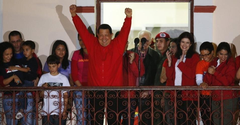 8.out.2012 - presidente reeleito da Venezuela, Hugo Chávez, celebra a vitória na sacada do Palácio Miraflores, em Caracas