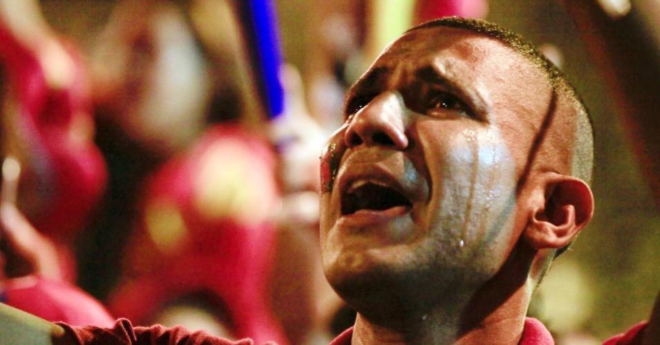 8.out.2012 - Simpatizantes do presidente Hugo Chávez comemoram sua vitória nas urnas em Caracas, Venezuela, na noite de ontem. Chávez foi reeleito pela terceira vez com 54,42% dos votos, contra 44,97% de Henrique Capriles. Chávez obteve mais de 7,4 milhões de votos, batendo Capriles por mais de 1,2 milhão. Os apoiadores do socialista saíram às ruas da capital Caracas para comemorar com fogos de artifício, agitação de bandeiras e buzinaço