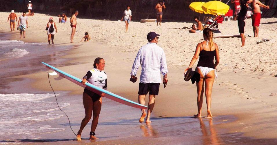 8.out.2012 - Surfista aproveita dia de calor na praia de Ipanema, no Rio de Janeiro