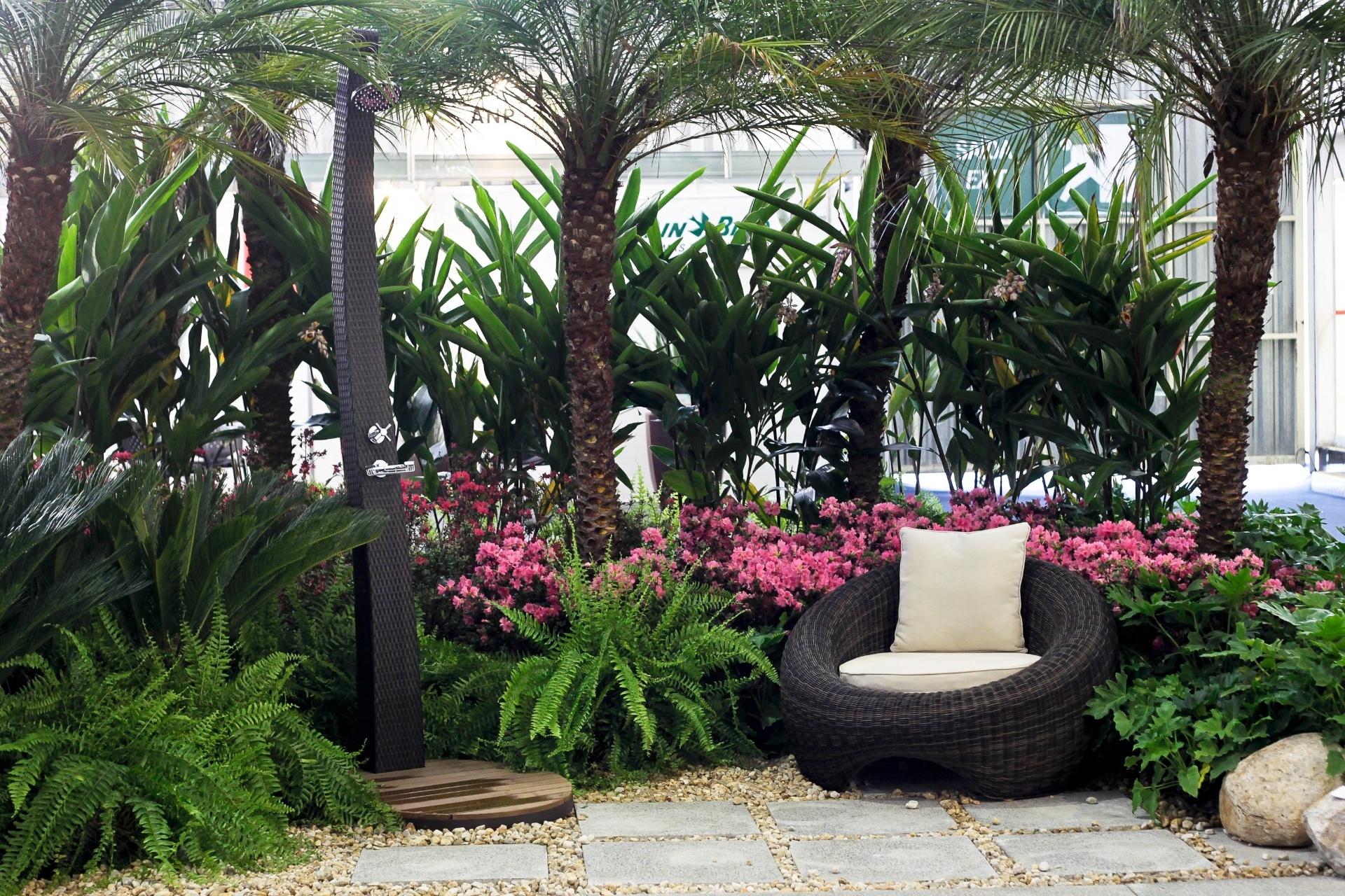 A arquiteta e paisagista Patrícia Pereira de Santana assina o jardim repleto de cicas, azaléias japônicas, palmeiras fênix, samambaias americanas e guaimbês. Ao lado da poltrona para descanso da Inter-Dim, a arquiteta inova ao colocar, entre as plantas, um chuveirão de alumínio, com base de madeira sintética, também da Inter-Dim. A mostra de paisagismo é um dos destaques da 15ª edição da Fiaflora Expogarden, no Centro de Exposições do Anhembi, em São Paulo