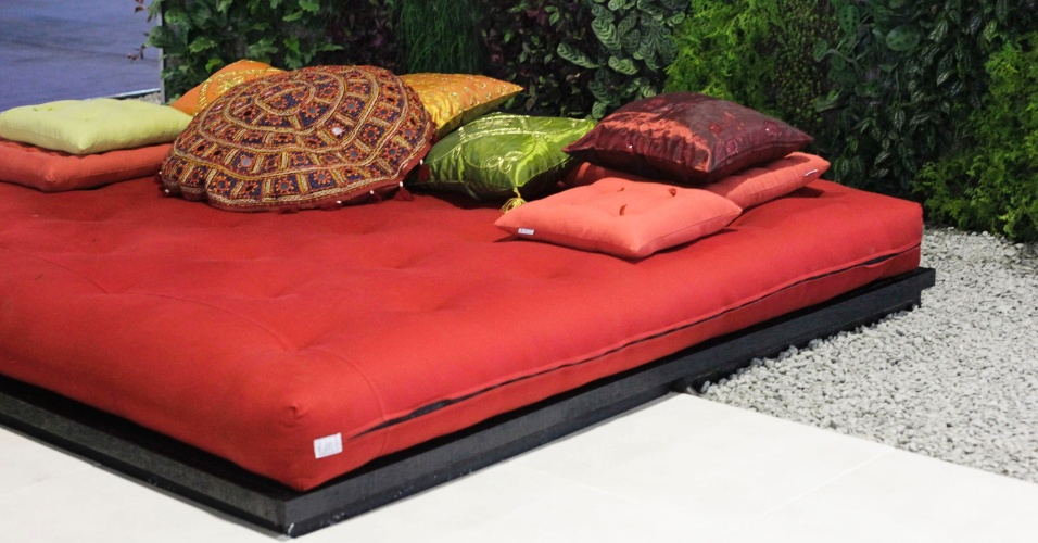O futon vermelho e o jardim vertical compem o ambiente assinado pela arquiteta e paisagista Talita Gutierrez, da empresa Verde Vertical. A mostra de paisagismo  um dos destaques da 15 edio da Fiaflora Expogarden, no Centro de Exposies do Anhembi, em So Paulo