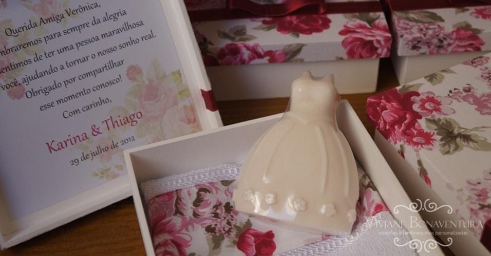 Caixa com toalha, sabonete em formato de vestido de noiva e cartão; Viviane Bonaventura (www.vivianebonaventura.com.br), R$ 38. Disponibilidade e preço sujeitos a alterações. Pesquisa realizada em outubro de 2012