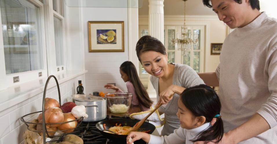 criança, pais, cozinhando