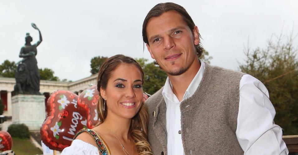 Jogador do Bayern de Munique Daniel van Buyten e a companheira Celine participam do último dia da Oktoberfest em Munique (07/10/2012)