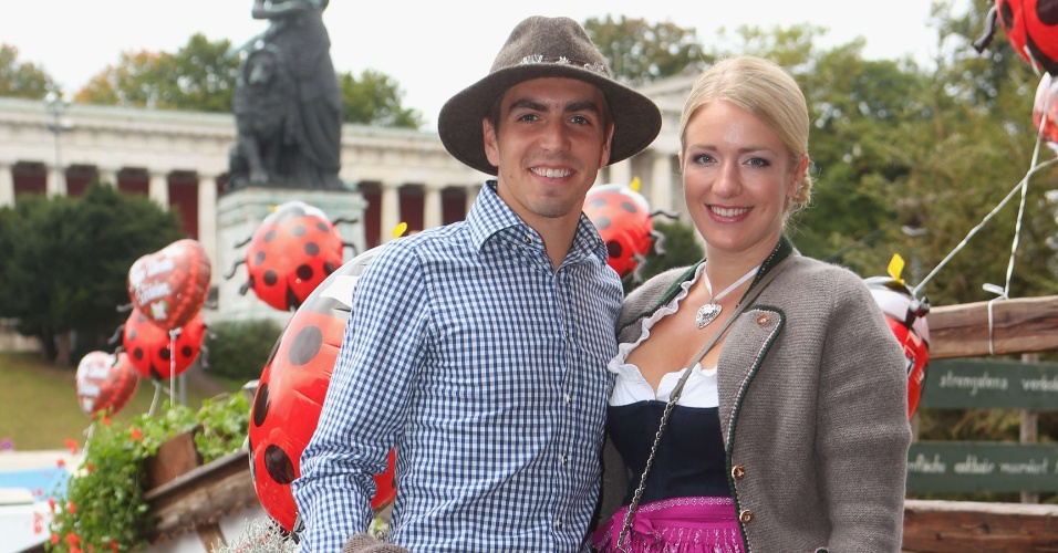 Jogador do Bayern de Munique Philipp Lahm e a companheira Claudia participam do último dia da Oktoberfest em Munique (07/10/2012)