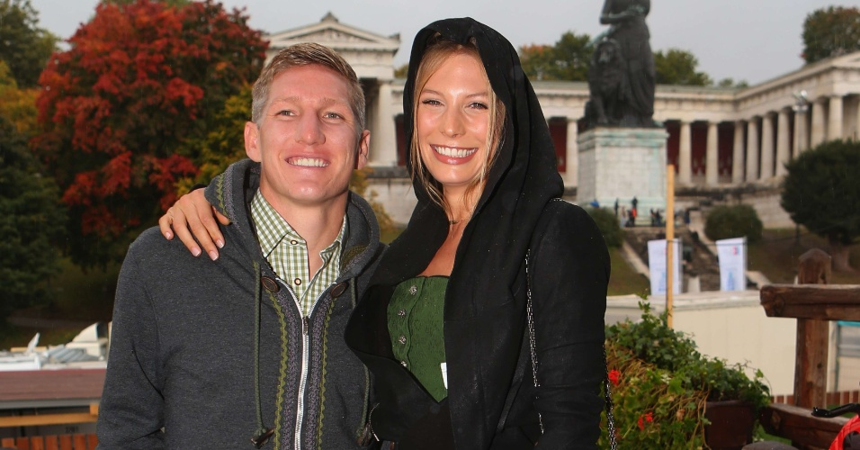 Jogador do Bayern de Munique Sebastian Schweinsteiger e a companheira Sarah Brandner participam do último dia da Oktoberfest em Munique (07/10/2012)