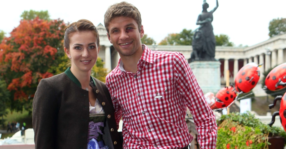 Jogador do Bayern de Munique Thomas Mueller e a companheira Lisa participam do último dia da Oktoberfest em Munique (07/10/2012)