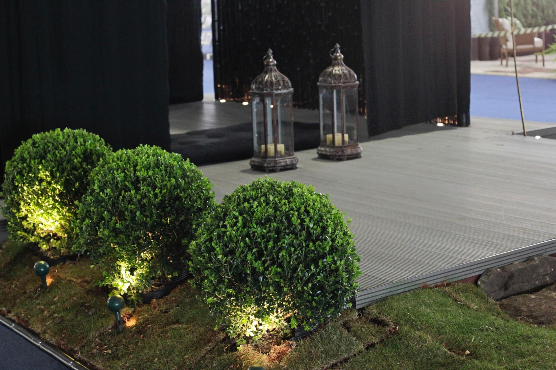 No detalhe, logo na entrada do ambiente assinado pela arquiteta e paisagista Mônica Rio Verde, duas lamparinas a vela dão um toque artesanal ao local. A mostra de paisagismo é um dos destaques da 15ª edição da Fiaflora Expogarden, no Centro de Exposições do Anhembi, em São Paulo
