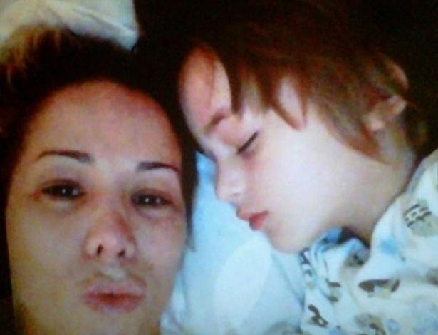 O namorado de Danielle Winits, Amaury Nunes, publicou em seu twitter uma foto da atriz, sem maquiagem, com o filho mais velho Noah (4), capturada enquanto eles conversavam pelo skype, na madrugada desta quinta-feira (7/6/12)