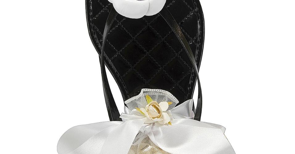 Rasteirinha com detalhe de flor camélia. Acompanha um sachê escalda-pés; da Celebration Shoes (www.celebrationshoes.com.br), por R$ 23. Disponibilidade e preço sujeitos a alterações. Pesquisa realizada em outubro de 2012