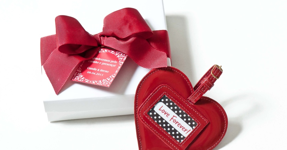 Tag de mala em formato de coração, embalado em caixa especial para presente e com fita e tag de agradecimento; da Gift Chic (www.giftchic.com.br), por R$ 20 (a unidade). Disponibilidade e preço sujeitos a alterações. Pesquisa realizada em outubro de 2012