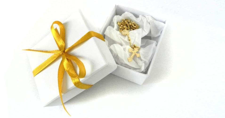 Terço dourado. Acompanha caixinha com laço; na Cadô Presentes (www.cadopresentes.com.br), a partir de R$ 14 (para 50 unidades). Disponibilidade e preço sujeitos a alterações. Pesquisa realizada em outubro de 2012