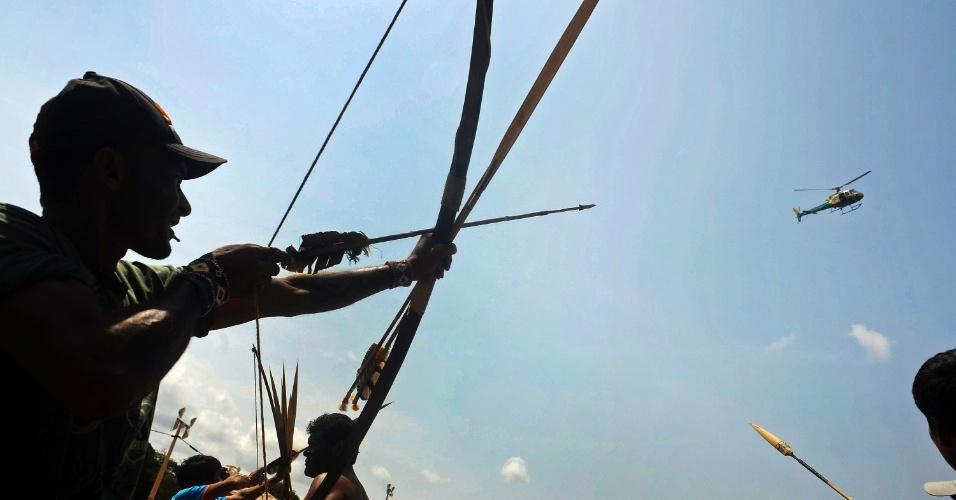 9.out.2012 - Dezenas de índios, pescadores e ribeirinhos bloquearam o acesso das máquinas ao canteiro de obras da usina de Belo Monte em protesto ao impacto ecológico e a remoção das populações de áreas que serão alagadas com a construção daquela que será a terceira maior represa de uma hidrelétrica do mundo. De acordo com o líder dos protestos, manifestantes paralisaram a construção durante a noite, forçando os operários a abandonarem seus postos
