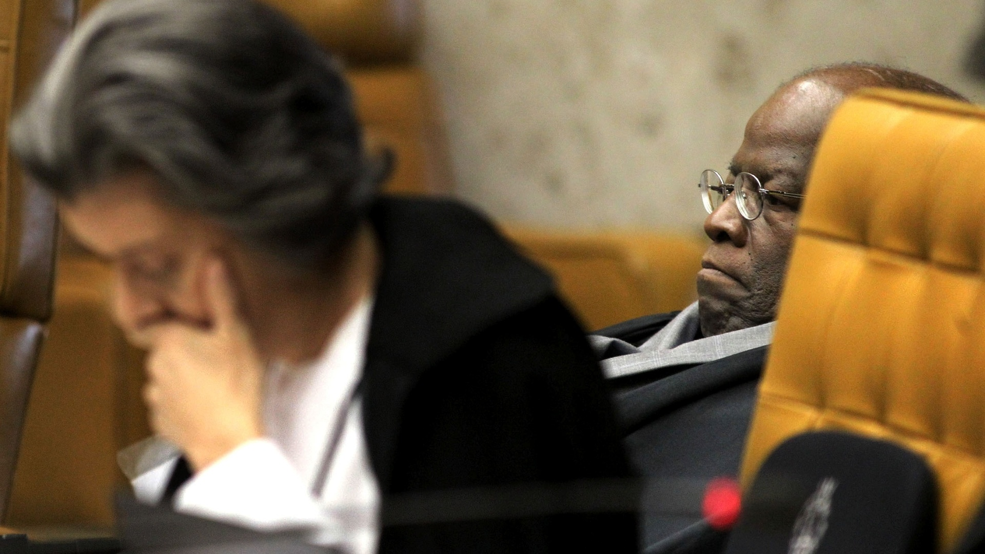 9.out.2012 - Ministro Joaquim Barbosa e Carmen Lúcia no plenário do Supremo Tribunal Federal (STF) durante julgamento do mensalão