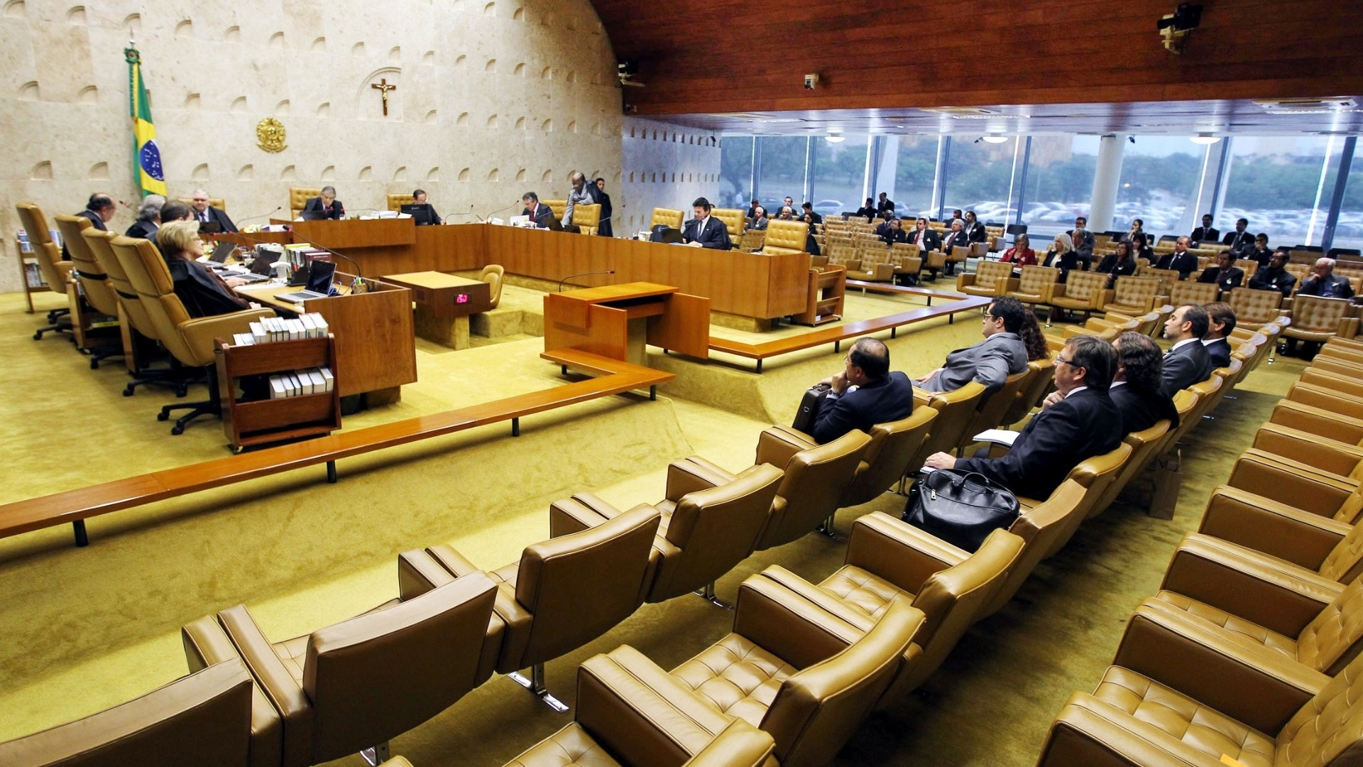 9.out.2012 - Ministros, advogados e visitantes acompanham no STF a sesso de julgamento do mensalo