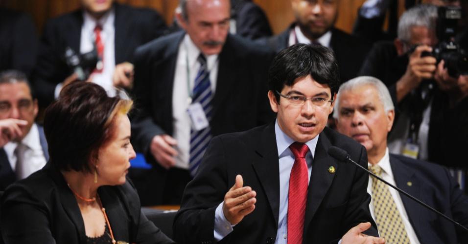 9.out.2012 - Na CPI do Cachoeira, Senador Randolfe Rodrigues (PSOL-AP) faz indagações ao deputado federal Carlos Alberto Leréia (PSDB-GO), interrogado hoje pela comissão, suspeito de ter recebido favores do grupo criminoso comandado pelo bicheiro