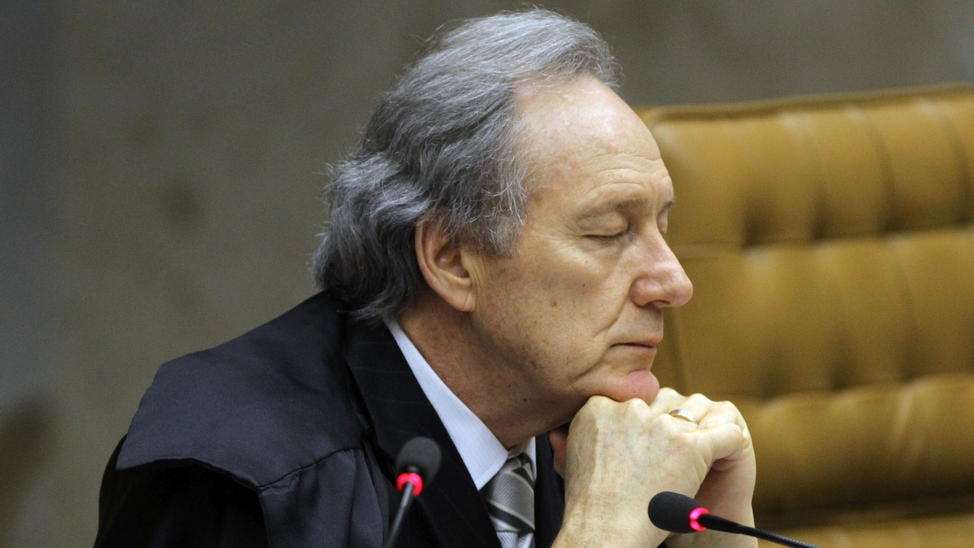 9.out.2012 - O ministro Ricardo Lewandowski acompanha o julgamento do mensalo no plenrio do STF, em Braslia. O ministro Dias Toffoli, ex-advogado do PT, votou pela absolvio do ex-ministro Jos Dirceu e pela condenao do ex-tesoureiro do partido Delbio Soares, do ex-presidente da sigla Jos Genoino e do publicitrio Marcos Valrio por corrupo ativa