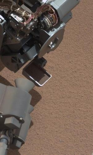 9.out.2012 - Um pequeno objeto brilhante (na parte inferior da imagem) encontrado no solo de Marte pelo Curiosity despertou a curiosidade dos cientistas da Nasa (Agência Espacial Norte-Americana). Os pesquisadores do Laboratório de Jato a Propulsão, que dirigem a missão de dois anos, suspenderam o uso do braço do robô por um dia para obter mais imagens do objeto. Depois da análise, a Nasa divulgou nesta terça-feira (9) que o pedaço brilhante parece fazer parte do sistema do próprio robô