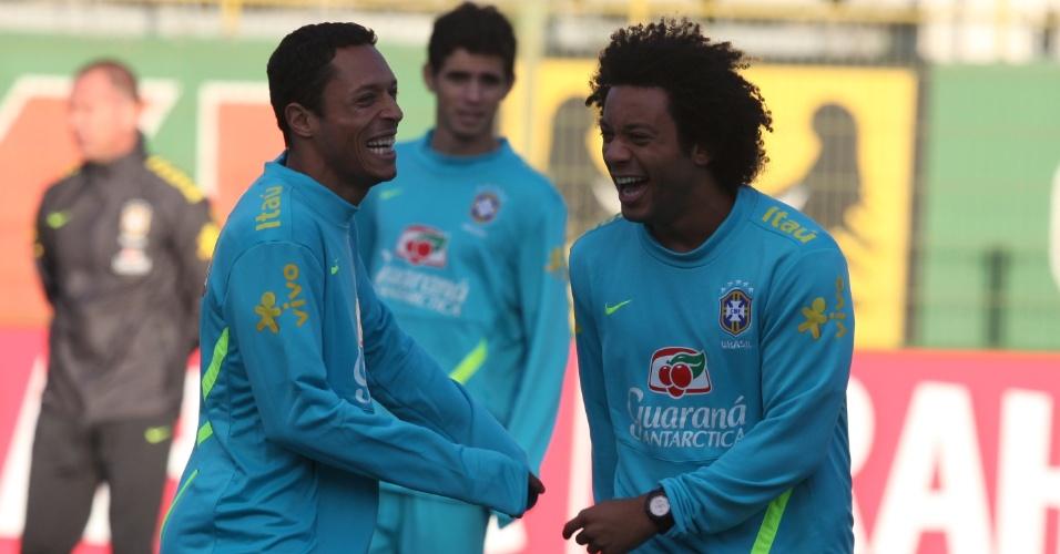 Adriano e Marcelo se divertem em treino da seleção na Polônia