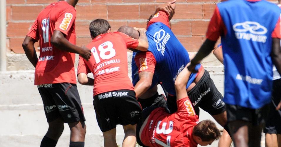 Adriano ficou de cofrinho de fora durante treino do Flamengo nesta terça-feira (09/10/2012)
