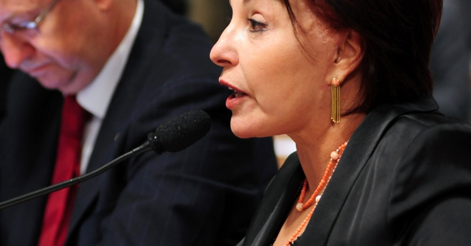 9.out.2012 - Deputada federal Íris De Araújo (PMDB-GO) questiona o deputado federal Carlos Alberto Leréia (PSDB-GO) sobre seu envolvimento com o esquema do contraventor Carlinhos Cachoeira