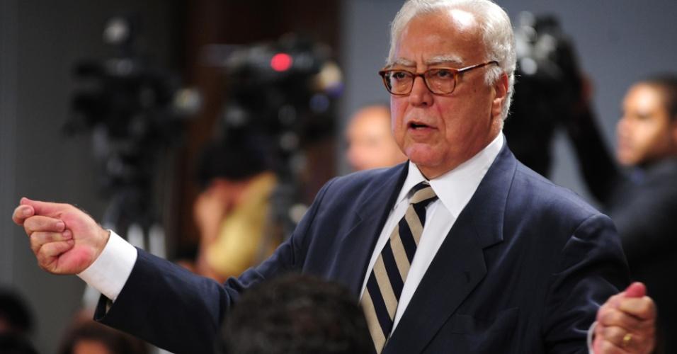 9.out.2012 - Deputado federal Miro Teixeira (PDT-RJ) questiona o deputado federal Carlos Alberto Leréia (PSDB-GO) sobre seu envolvimento com o esquema do contraventor Carlinhos Cachoeira