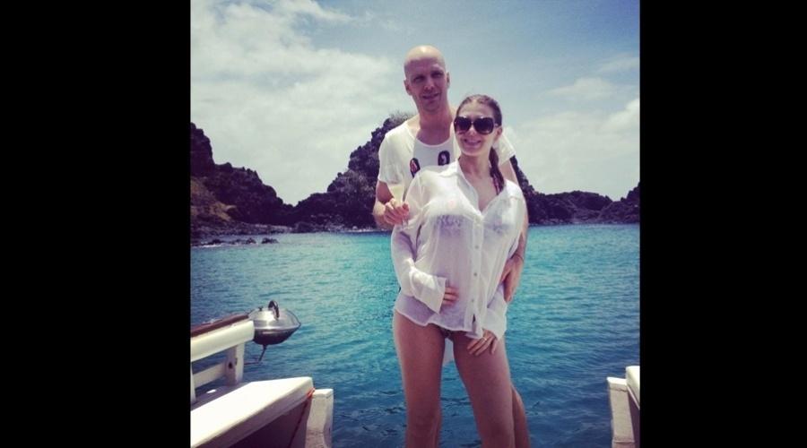 Grávida, Sheila Mello está curtindo férias em Fernando de Noronha acompanhada do marido, o ex-nadador Fernando Scherer (9/10/12)