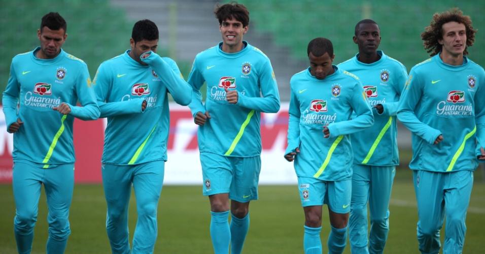 Jogadores fazem aquecimento antes de treino da seleção na Polônia