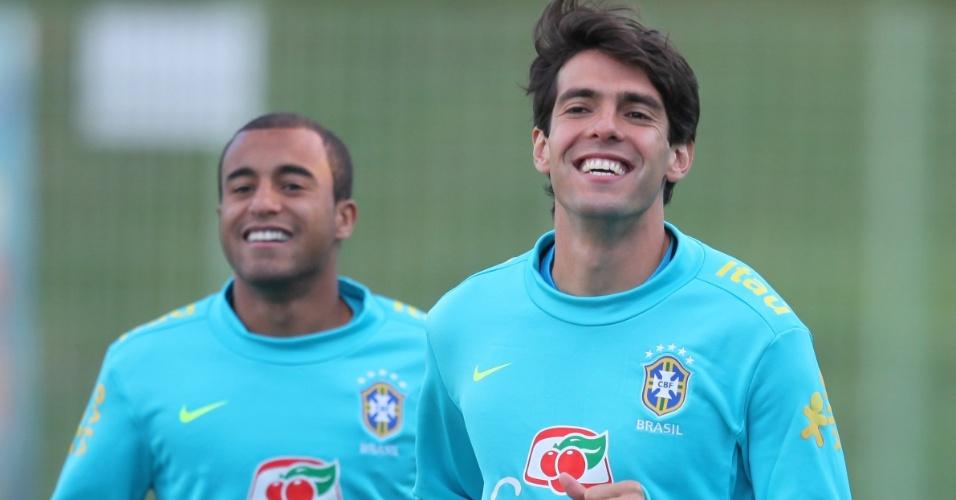 Kaká e Lucas (fundo) em treino da seleção brasileira na Polônia