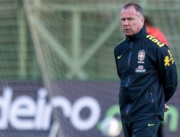Mano Menezes acompanha o treino da seleção