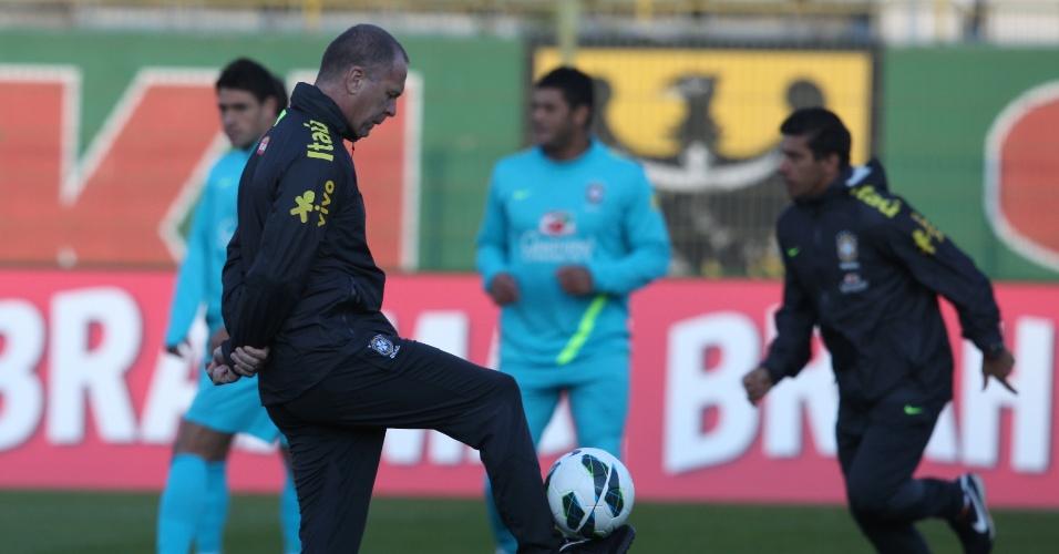 O técnico Mano Menezes brinca com a bola durante o treino