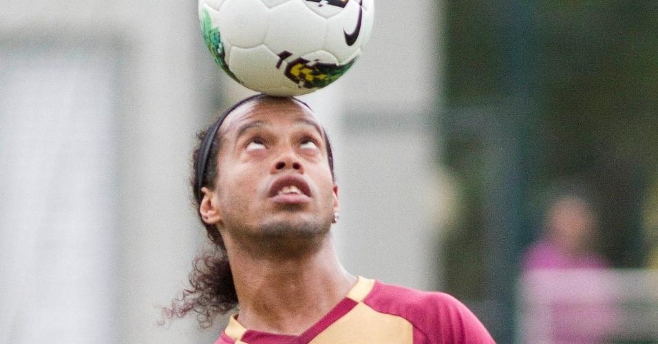 Ronaldinho Gaúcho equilibra bola na cabeça durante treino do Atlético-MG no centro esportivo da PUCRS em  em Porto Alegre