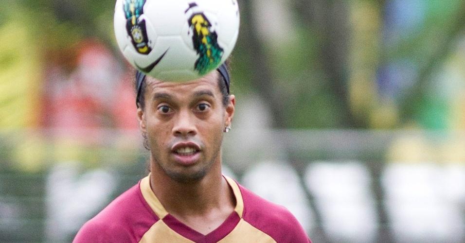 Ronaldinho Gaúcho observa a bola durante treino do Atlético-MG no centro esportivo da PUCRS em  em Porto Alegre