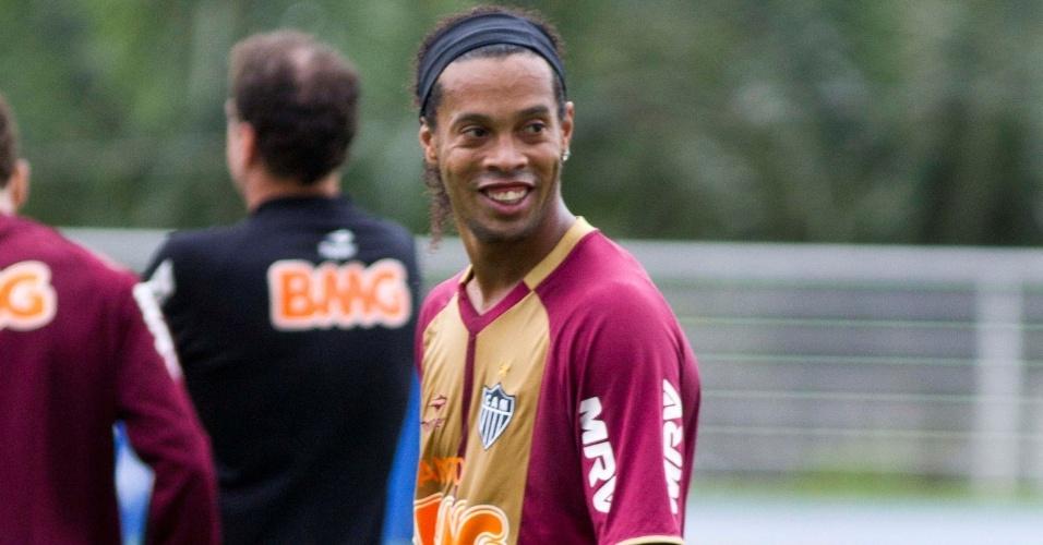 Ronaldinho Gaúcho sorri durante treino do Atlético-MG em Porto Alegre