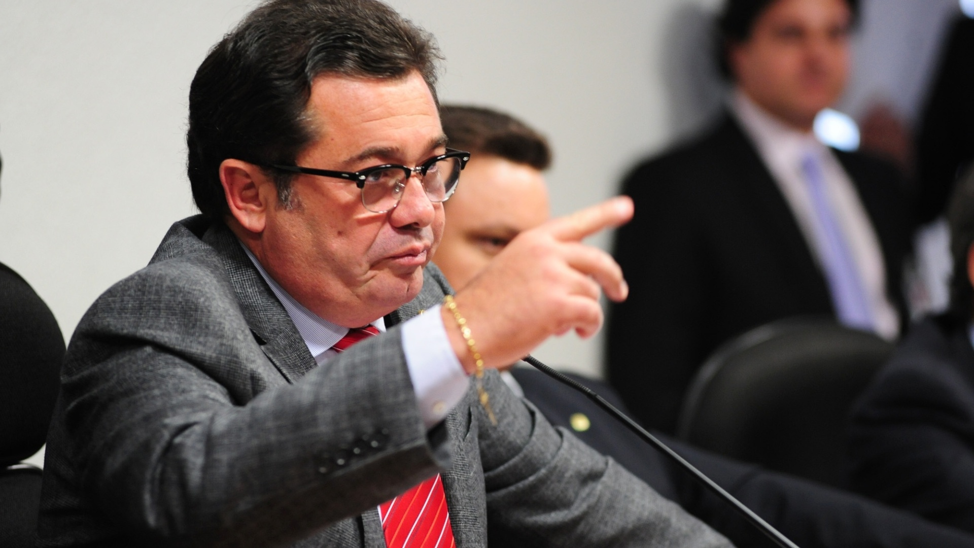 9.out.2012 - Presidente da CPI do Cachoeira, senador Vital do Rgo (PMDB-PB) interroga o deputado federal Carlos Alberto Leria (PSDB-GO) sobre seu suposto envolvimento com o esquema do contraventor 