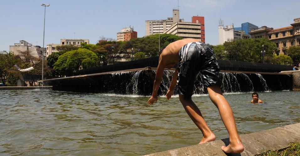 10.out.12 - Crianças brincam em fonte na Praça da Sé, nesta quarta-feira (10), no centro de São Paulo, em um dia em que os termômetros marcaram 30ºC na capital