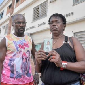 Familiares seguram documento de Ilda Vitor Maciel, que morreu após receber sopa na veia
