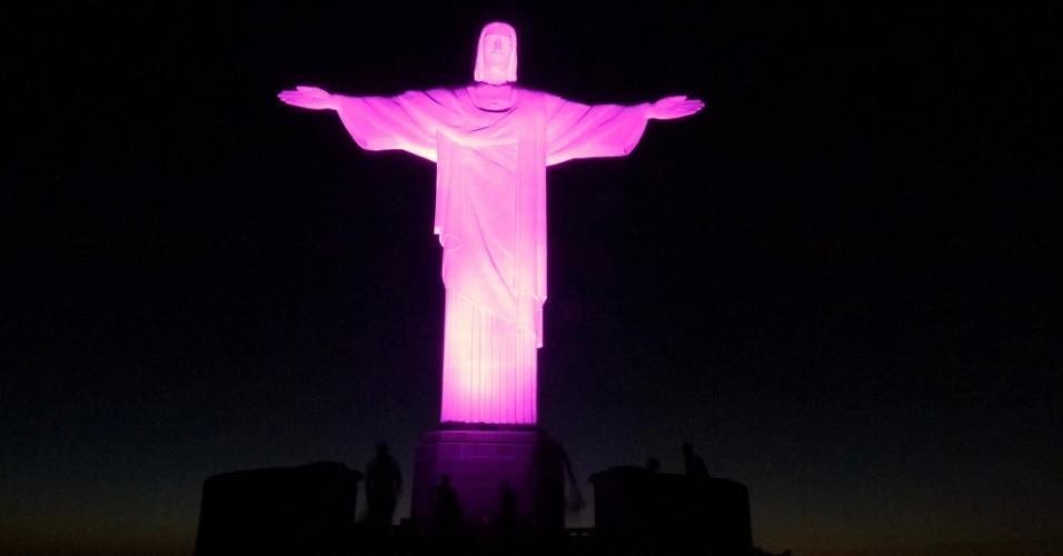 """10.out.2012 - A estátua do Cristo Redentor, no Rio de Janeiro, ganha iluminação especial para marcar o """"Outubro Rosa"""", movimento internacional de combate ao câncer de mama"""
