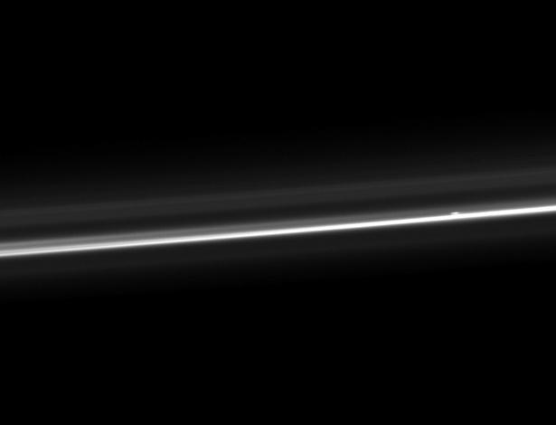 10.out.2012 - A sonda Cassini fez um registro inusitado de Saturno e focou apenas o brilho do anel F, o mais externo do planeta e que tem mais de 880 mil quilômetros de circunferência. A imagem divulgada pela Nasa (Agência Espacial Norte-Americana) nesta quarta-feira (10) foi detectada pelo instrumento no dia 13 de agosto