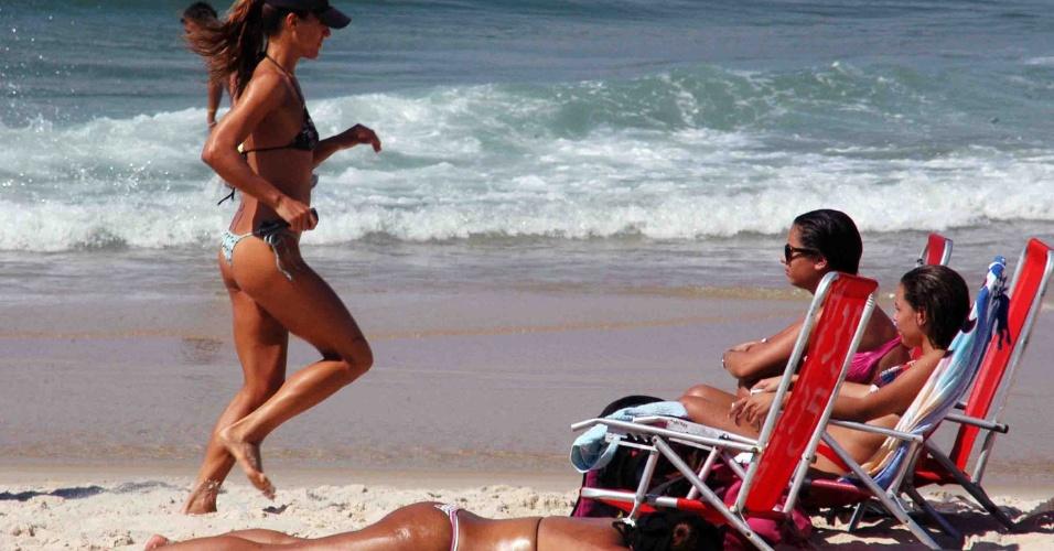 10.out.2012 - Cariocas aproveitam a praia nesta manhã de sol no Rio de Janeiro. Os termômetros devem atingir 36°C